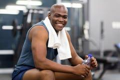 Αφρικανικό άτομο που στηρίζεται μετά από το workout Στοκ εικόνες με δικαίωμα ελεύθερης χρήσης