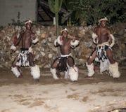 Αφρικανικό άτομο που χορεύει στα παραδοσιακά κοστούμια Στοκ Εικόνες