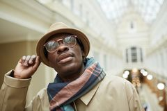 Αφρικανικό άτομο στην οδό στοκ εικόνα με δικαίωμα ελεύθερης χρήσης