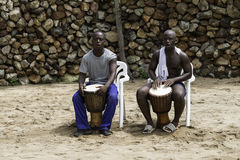 Αφρικανικό άτομο δύο που παίζει το bongo θορίου Στοκ εικόνες με δικαίωμα ελεύθερης χρήσης