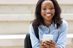 Αφρικανικό έξυπνο τηλέφωνο φοιτητών πανεπιστημίου Στοκ Εικόνες