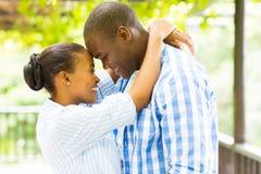 Αφρικανικό αγκάλιασμα ζευγών στοκ εικόνα με δικαίωμα ελεύθερης χρήσης