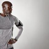 Αφρικανικό αρσενικό πρότυπο με το ακουστικό που εξετάζει το διάστημα αντιγράφων Στοκ Εικόνες