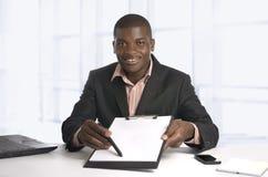 Αφρικανικό επιχειρησιακό άτομο που παρουσιάζει σύμβαση, ελεύθερο διάστημα αντιγράφων Στοκ Φωτογραφίες
