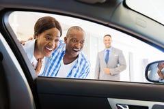 Αφρικανικό ζεύγος που επιλέγει το αυτοκίνητο στοκ εικόνες με δικαίωμα ελεύθερης χρήσης