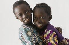 Αφρικανικό ζεύγος του αδελφού και της αδελφής που αγκαλιάζονται, isola Στοκ Φωτογραφία