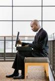 αφρικανικό κοίταγμα επιχειρηματιών χαρτοφυλάκων στοκ εικόνα με δικαίωμα ελεύθερης χρήσης