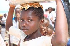 Αφρικανικό κορίτσι με ένα σύνολο κύπελλων των ψαριών, Γκάνα Στοκ Εικόνες