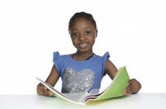 Αφρικανικό κορίτσι με το βιβλίο κειμένων Στοκ φωτογραφία με δικαίωμα ελεύθερης χρήσης