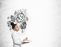 Αφρικανικό κορίτσι με το σημειωματάριο και τα λαμπρά σημάδια δολαρίων Στοκ Φωτογραφία