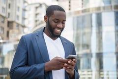 Αφρικανικό μήνυμα επιχειρηματιών στη μεγάλη πόλη στοκ εικόνα