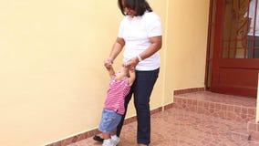 Αφρικανικό μωρό διδασκαλίας μητέρων για να περπατήσει απόθεμα βίντεο