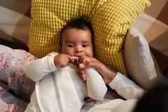 Αφρικανικό μωρό που είναι οδοντοφυΐα στοκ εικόνες