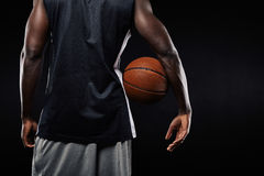 Αφρικανικό παίχτης μπάσκετ με μια σφαίρα στο βραχίονά του Στοκ φωτογραφία με δικαίωμα ελεύθερης χρήσης