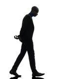 Αφρικανικό περπάτημα μαύρων που κοιτάζει κάτω από τη σκιαγραφία στοκ φωτογραφία