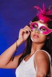 Αφρικανικό πρόσωπο γυναικών με τη μάσκα καρναβαλιού στοκ φωτογραφία με δικαίωμα ελεύθερης χρήσης