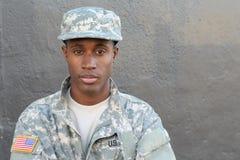 Αφρικανικό στρατιωτικό αρσενικό με την ουδέτερη έκφραση με το διάστημα αντιγράφων στοκ φωτογραφίες
