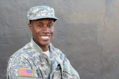 Αφρικανικό στρατιωτικό αρσενικό που χαμογελά και που γελά Στοκ φωτογραφία με δικαίωμα ελεύθερης χρήσης