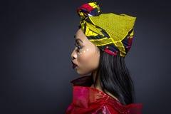 Αφρικανικό φυλετικό χρώμα προσώπου και παραδοσιακό φόρεμα Στοκ Φωτογραφία