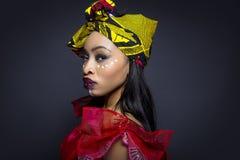 Αφρικανικό φυλετικό χρώμα προσώπου και παραδοσιακό φόρεμα Στοκ εικόνα με δικαίωμα ελεύθερης χρήσης