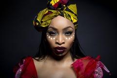 Αφρικανικό φυλετικό χρώμα προσώπου και παραδοσιακό φόρεμα Στοκ Εικόνες