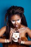 Αφρικανικό ύφος Ελκυστική νέα γυναίκα στο εθνικό κόσμημα κλείστε επάνω το πορτρέτο μιας γυναίκας με ένα χρωματισμένο πρόσωπο δημι Στοκ φωτογραφία με δικαίωμα ελεύθερης χρήσης