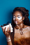 Αφρικανικό ύφος Ελκυστική νέα γυναίκα στο εθνικό κόσμημα κλείστε επάνω το πορτρέτο μιας γυναίκας με ένα χρωματισμένο πρόσωπο δημι Στοκ εικόνες με δικαίωμα ελεύθερης χρήσης