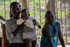 Αφρικανός λίγο πορτρέτο παιδιών, αφρικανικά αγόρι και κορίτσι με ένα μωρό Στοκ Φωτογραφία