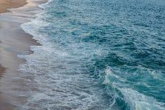 Αφρισμένα κύματα που σπάζουν στην παραλία Στοκ εικόνες με δικαίωμα ελεύθερης χρήσης