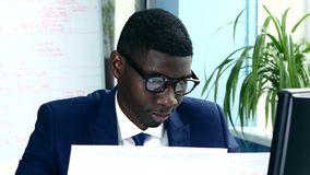 Αφροαμερικάνος με τα γυαλιά και ένα επιχειρησιακό κοστούμι απόθεμα βίντεο