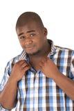 Αφροαμερικάνος που ανοίγει το πουκάμισό του Στοκ φωτογραφία με δικαίωμα ελεύθερης χρήσης