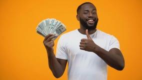 Αφροαμερικανίδα δέσμη εκμετάλλευσης ατόμων των δολαρίων και της παρουσίασης αντίχειρων, ξεκίνημα απόθεμα βίντεο