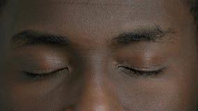 Αφροαμερικανίδες ιδιαίτερες άτομο προσοχές κοντά επάνω φιλμ μικρού μήκους