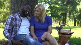 Αφροαμερικανίδες φήμες ψιθυρίσματος ανδρών στο αυτί της γυναίκας και γέλιο, έχοντας τη διασκέδαση απόθεμα βίντεο
