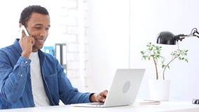 Αφροαμερικανός άτομο που μιλά στο τηλέφωνο, που συζητά σε Smartphone Στοκ εικόνα με δικαίωμα ελεύθερης χρήσης