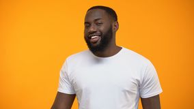 Αφροαμερικανός άτομο Flirty που παρουσιάζει ΕΝΤΑΞΕΙ σημάδι και που κλείνει το μάτι, αναθεώρηση πελατών, υπηρεσία απόθεμα βίντεο