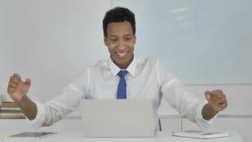 0 αφροαμερικανός επιχειρηματίας που αντιδρά στη οικονομική απώλεια στην εργασία φιλμ μικρού μήκους
