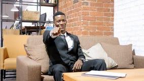 Αφροαμερικανός επιχειρηματίας που δείχνει στη κάμερα Στοκ Φωτογραφίες
