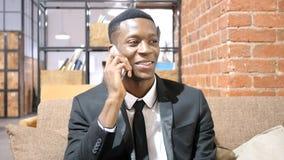Αφροαμερικανός επιχειρηματίας που μιλά σε Smartphone Στοκ Εικόνα