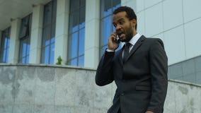 Αφροαμερικανός επιχειρηματίας που φωνάζει στο τηλέφωνο, που τονίζεται με την προθεσμία, καταπονημένη απόθεμα βίντεο