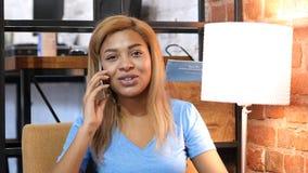 Αφροαμερικανός κορίτσι που μιλά σε Smartphone στην εργασία, σοφίτα Στοκ Φωτογραφίες