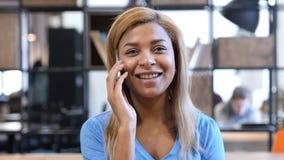 Αφροαμερικανός κορίτσι που μιλά σε Smartphone στην εργασία Στοκ Φωτογραφία