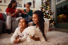 Αφροαμερικανός παιδί για τη Παραμονή Χριστουγέννων με την οικογένεια στο σπίτι στοκ φωτογραφία με δικαίωμα ελεύθερης χρήσης