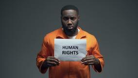 Αφροαμερικανός φυλακισμένος που κρατά το σημάδι των ανθρώπινων δικαιωμάτων, κακοποίηση, συνειδητοποίηση απόθεμα βίντεο