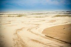Αφρός θάλασσας σε μια αμμώδη παραλία Στοκ Εικόνες