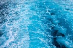 Αφρός θαλάσσιου νερού - ουρά σκαφών Τροπικό ταξίδι νησιών με το πορθμείο Ινδικός Ωκεανός λάμπει ύδωρ σύστασης ήλιων Ίχνος νερού τ Στοκ Εικόνες