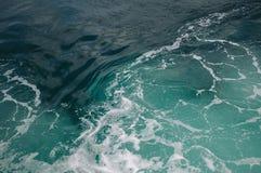 Αφρός και κύματα θάλασσας στο νερό Στοκ εικόνες με δικαίωμα ελεύθερης χρήσης