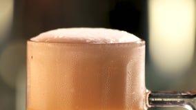 Αφρός και φυσαλίδες μπύρας απόθεμα βίντεο