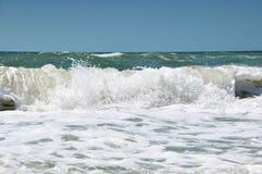 Αφρός σε ένα κύμα θάλασσας Στοκ φωτογραφία με δικαίωμα ελεύθερης χρήσης
