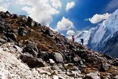 Αχθοφόροι πέρα από ένα δύσκολο πέρασμα κοντά σε Gorak Shep, οδοιπορικό στρατόπεδων βάσεων Everest, Νεπάλ στοκ φωτογραφίες με δικαίωμα ελεύθερης χρήσης